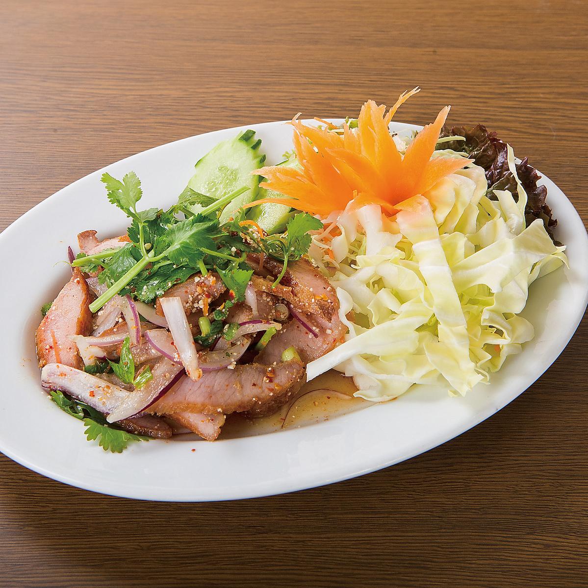猪肉和香草辣沙拉/鸡肉碎剁碎的沙拉