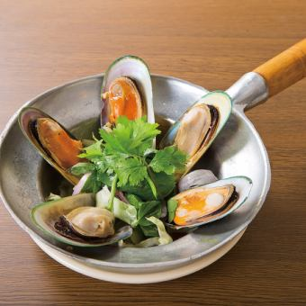 Steamed mussels pot