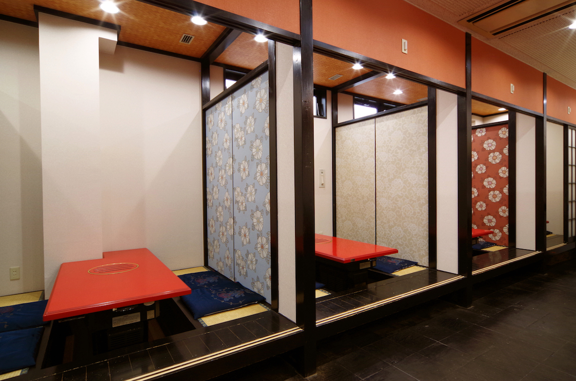 【1楼/小松/半私人房间】这是一间舒适的日式房间。当您在日常使用中享用美食时。
