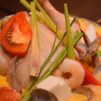 丸鶏とレモングラス香る豆乳鍋