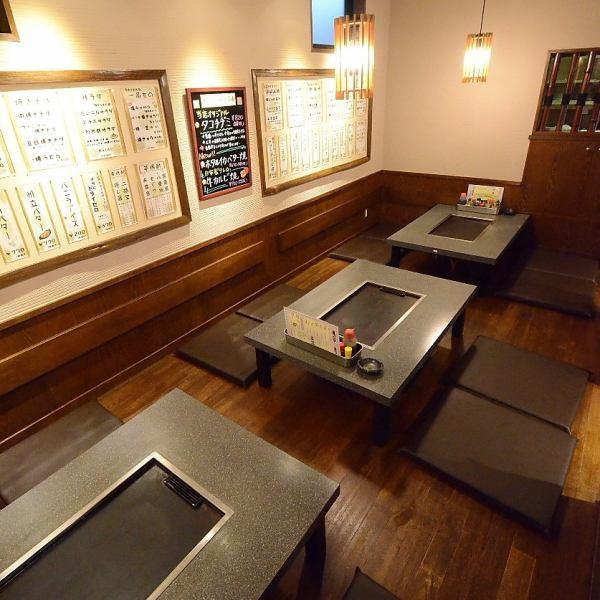 自慢の座敷は4名様テーブルが3卓。大人数でお好み焼きを囲みワイワイと楽しい時間をお過ごし頂けます。