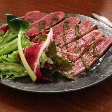 炙った牛もも肉の薄切りバジルソース
