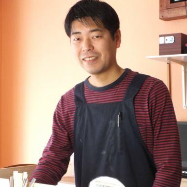 初めてスパイスカレーを食べた時に衝撃を受けました。大阪のたくさんの方々にこの衝撃を伝えたくオープンしました♪もっとスパイスカレーの魅力を広めていかなければと思っています。お気軽にお立ち寄り下さい♪