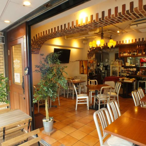 Enjoy authentic Italian cuisine served casually by experienced chefs.We have sofa seats and table seats inside the shop, and we use it in a wide range of scenes from meals to dating and group party party.