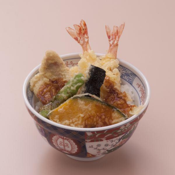 特製の天だしが揚げたての天ぷらに合う!人気の天丼(単品orセット)