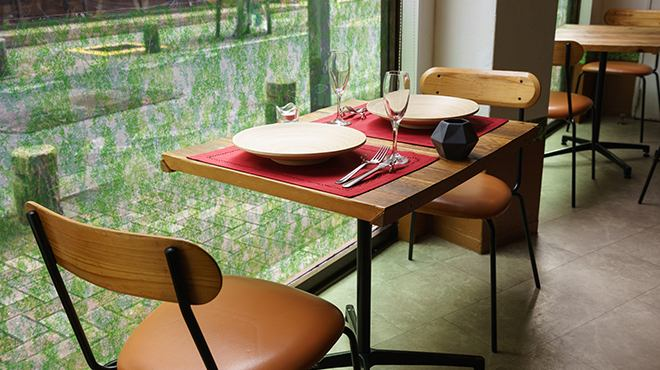 It faces the window and it is an open space.In addition, our shop is also devised about the space between the seats so you can enjoy your relaxing time with close friends.