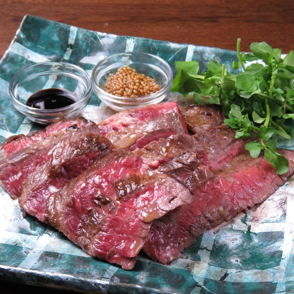 与Ichibo木炭烧烤的黑毛和牛牛肉