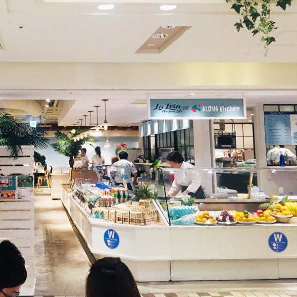 Stylish shop based on white.Takeout products such as fruits and Hawaiian food are slurried in the showcase!