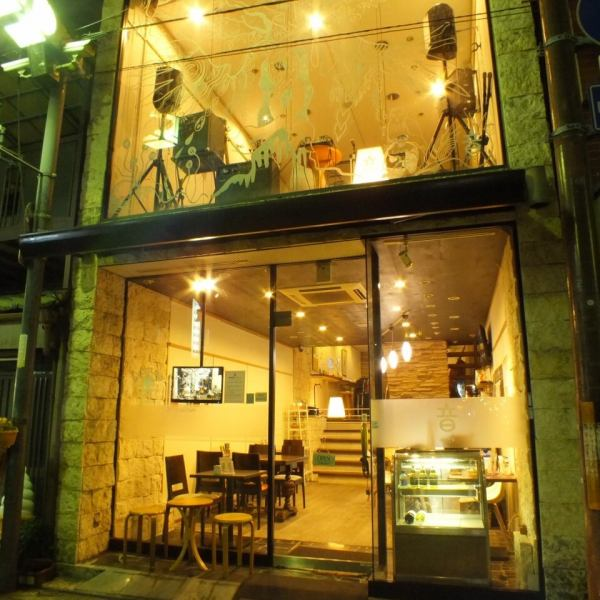 "It is one minute walk from JR Hankya Line Sakai City Station and quite a station Chika! It is located in a convenient location that you can come and visit anytime.You can use it as a lunch or cafe during the day and as a bar at night ◎.Space that enjoys sound ""sound cafe"" ... If you want to be wrapped in music, please come visit us ♪"