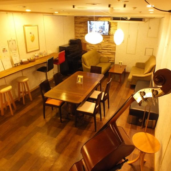 The first floor and the second floor are cafe spaces.A cup of coffee is OK.You can spend relaxing time anywhere in the store with warm atmosphere and warm atmosphere.Because it is entirely non-smoking, please come with peaceful children.