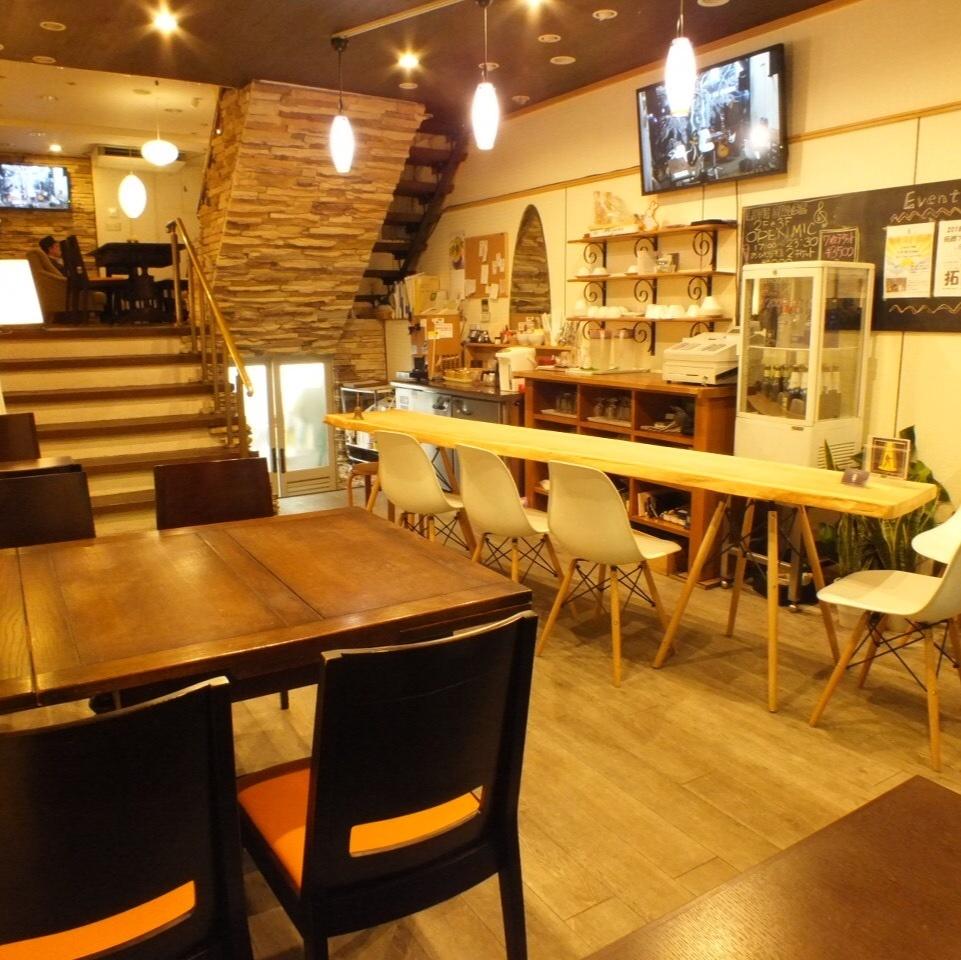 우드 풍의 따뜻한 공간에서 카페 타임