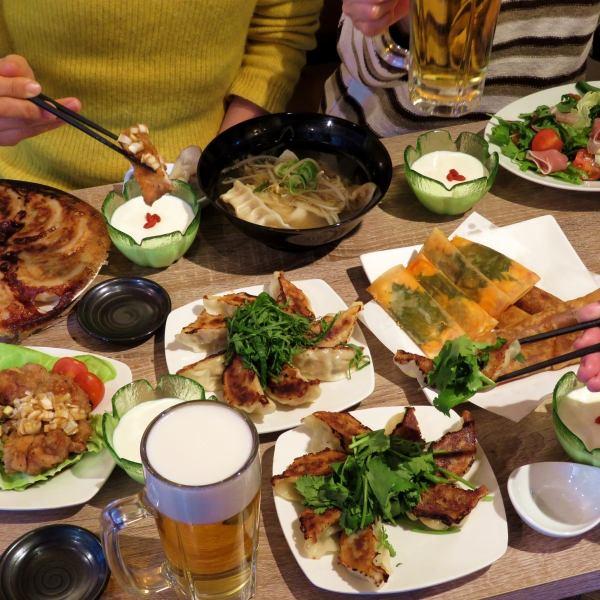 【小宴会に◎】テーブル席のご用意、貸切も(8名様~)ございます。美味しい餃子とお酒で、ご友人・ご家族との楽しい時間をお過ごしください!