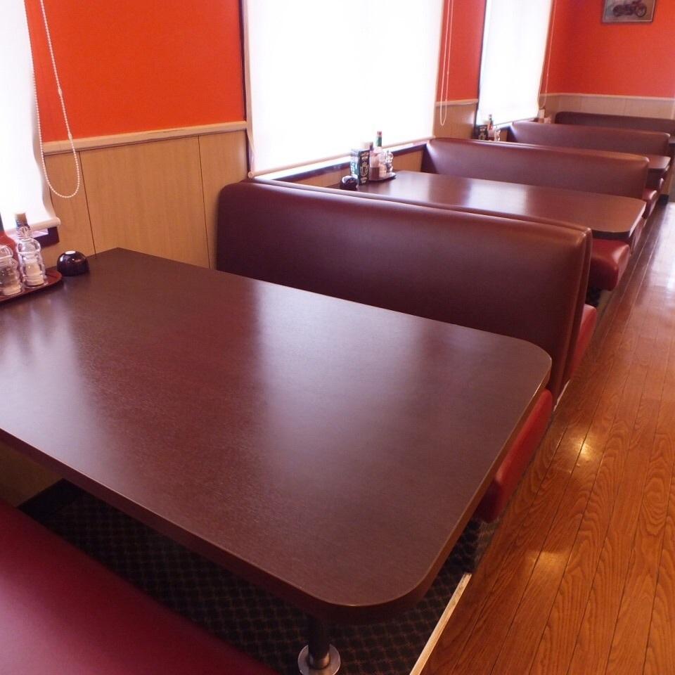 전체 소파 좌석.최대 6 명씩 앉을 수 있습니다.흡연석과 금연석이 나뉘어져 있습니다.
