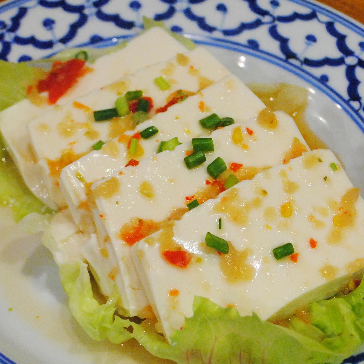 冷やし豆腐のピリ辛ソース/蒸し鶏のネギ油ソース