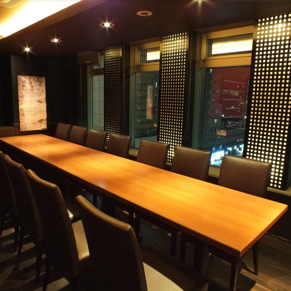 这是一个私人房间的座位,在那里您可以看到横滨的夜景