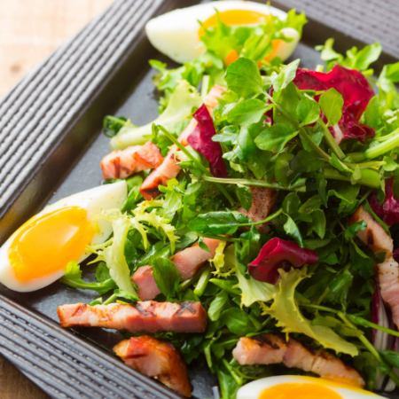 Bacon and soil cultivation salad with watercress