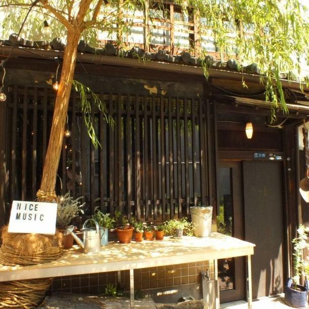 ≪大きな柳の木が目印♪≫路地を入った赤レンガの階段を下り、大きな柳の木が目印の焼き立てベーグルのお店『LPキッチン』。日本ならではの古民家風の外観で、扉を開けると時間を忘れてしまう程の心地良い空間が広がります◎LPキッチンならではの雰囲気でお食事をお楽しみ頂けます。