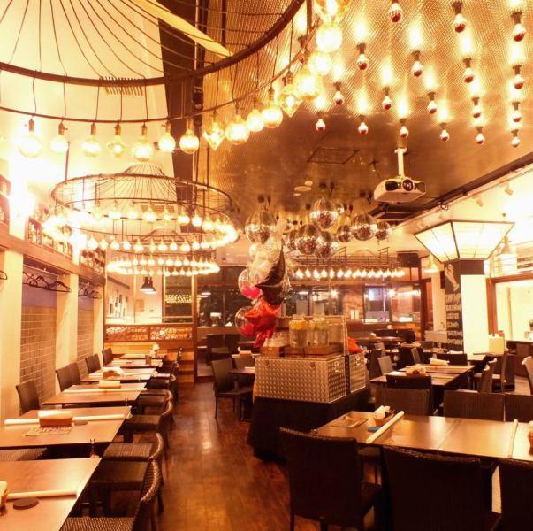 [무심코 사진을 찍고 싶어지는!?] SNS 발인 세련된 공간 ★ 명역에서 대인기의 멋진 맥주 레스토랑이 신감각 엔터테인먼트 해산물 레스토랑으로 다시 태어났습니다! 물론 여름에는 비어 가든 영업도합니다 ♪