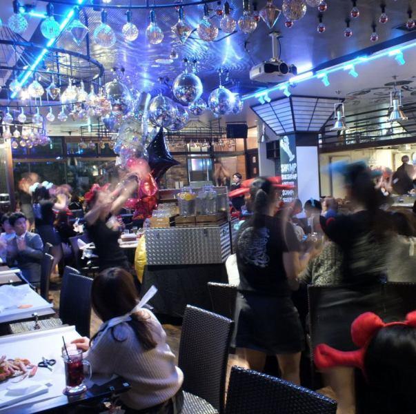 [1 시간에 1 회, 댄스 퍼포먼스가 !!] 엔터테인먼트도 도입 한 가게입니다.1 시간에 한 번씩 직원들이 마이크 & 댄스 퍼포먼스를 무료로 볼 수 버립니다 ★ 모두 와글 와글 즐겁게 고조되고, 배도 마음도 충만 수 있습니다 ♪