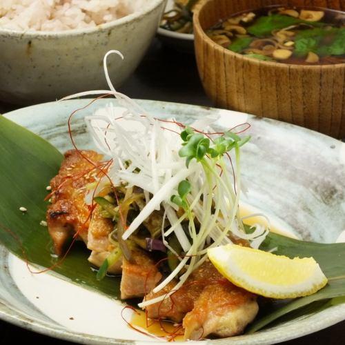 鶏ももグリルのちり酢かけ定食(六穀米・赤だし味噌汁・小鉢)