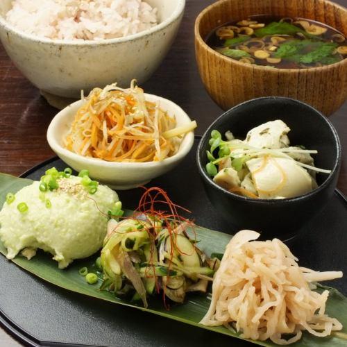 お惣菜定食(六穀米・赤だし味噌汁)