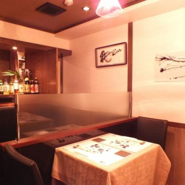 【2、4名テーブル×各1卓】最大6名様まで一緒にお座りいただけます。間接照明に照らされ、しっとりとVIP感ある雰囲気あふれる店内は、デートや接待にもオススメです!新鮮な旬の魚やお肉、お野菜をお楽しみ下さい。