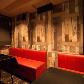 こちらのお席は合コンにもおススメ♪赤いソファーはご予約必須の人気のお席です♪UMIバル~うみばる~牡蠣 食べ放題 西新宿