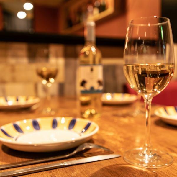 【大人の空間を演出いたします♪大切な人とのお食事にもピッタリ♪♪】シックに彩られたお席はワイングラスが何とも際立ちます♪大切な人とのお食事にもきっとご満足いただけるはず♪ワインも多種多様のものをご用意しております♪新宿/西新宿/イタリアン/女子会