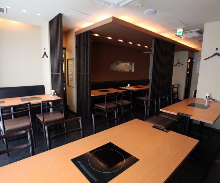1階のテーブル席は、清潔感溢れる広々店内。家族でのご利用やお仕事帰りのお食事、飲み会に最適★1階の貸切も可能!お気軽にお電話ください。