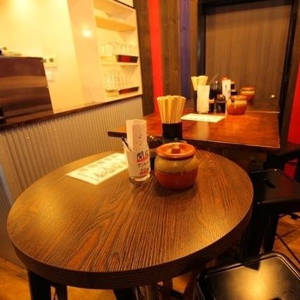 会社の同僚や女性同士でも楽しめるテーブル席。シックな空間で素敵なひと時をお過ごしください。