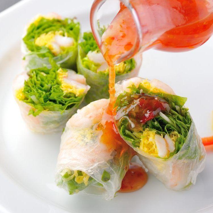Avocado salad / Shrimp spring roll (raw roll) Chili sauce
