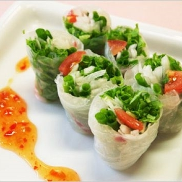 Raw spring roll of salmon and cream cheese