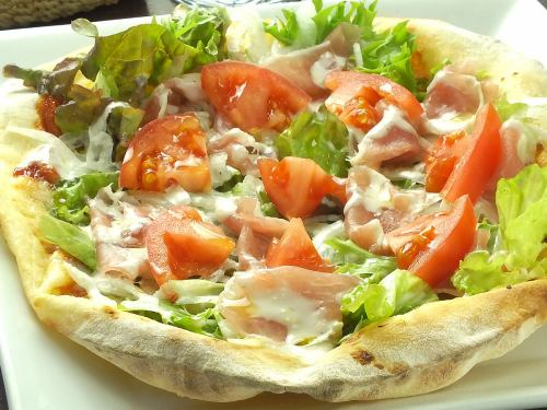 Prosciutto and tomato salad pizza