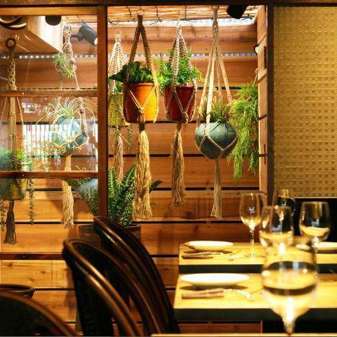【デート・記念日・お食事に】こだわりのインテリアで落ち着きながらもカジュアルにイタリアンを楽しんで頂ける空間。