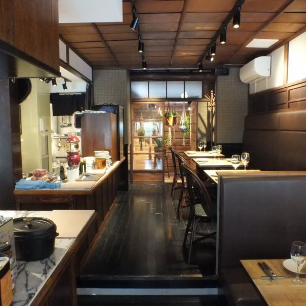京町屋ならではの落ち着いた雰囲気が居心地の良い空間を演出。1階、2階フロアは全席テーブルとなり、デート、宴会、お誕生日など様々なシーンでご利用頂けます。