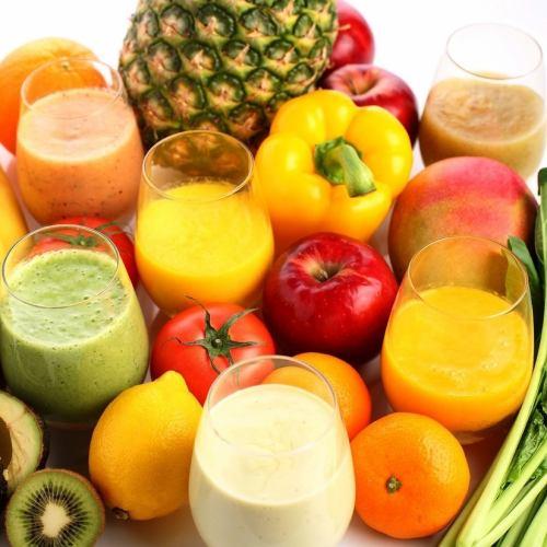 新鮮野菜や果物を使用しヒアロジュレが入ったドリンク