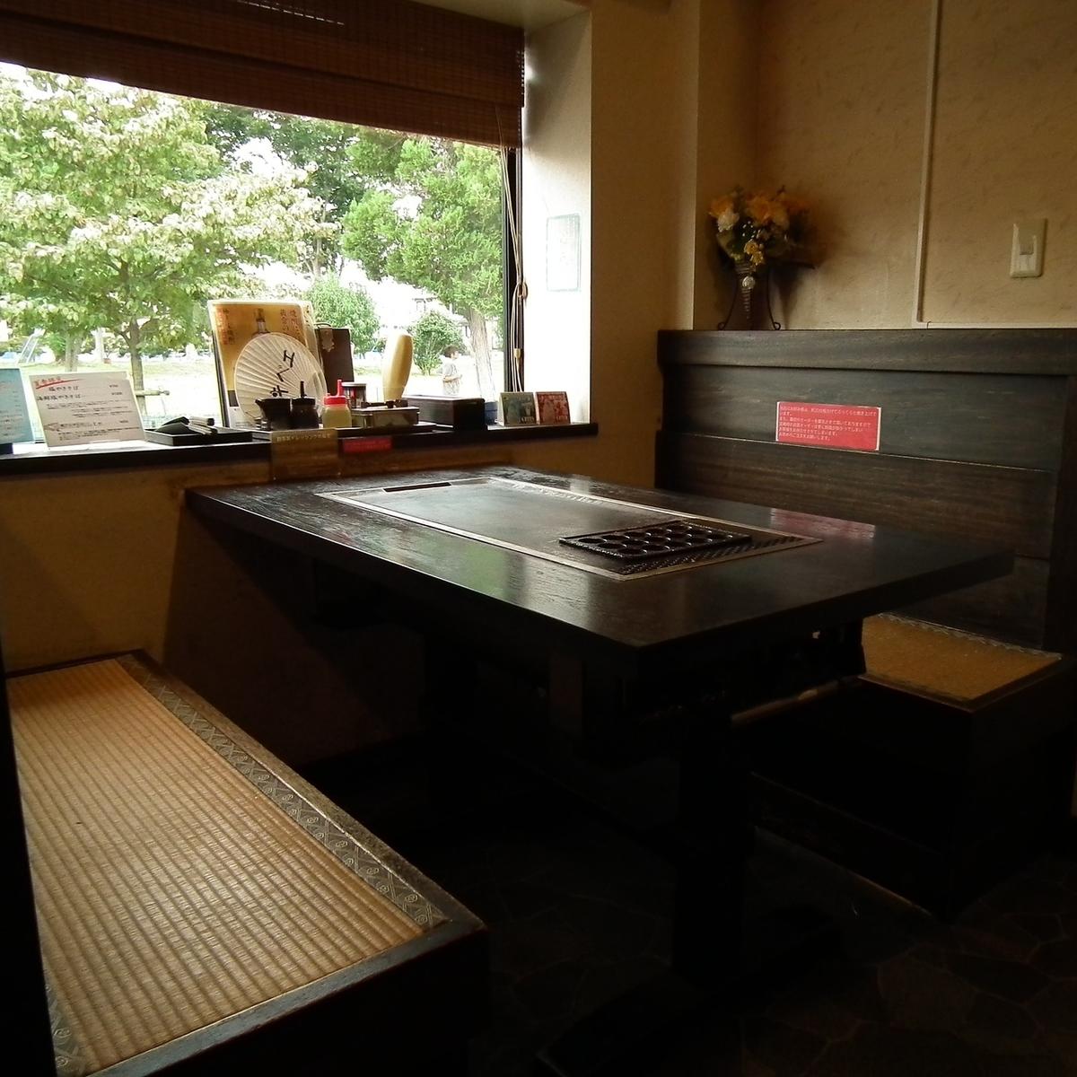 창가의 테이블 석.천천히 식사를 즐길 수 있습니다