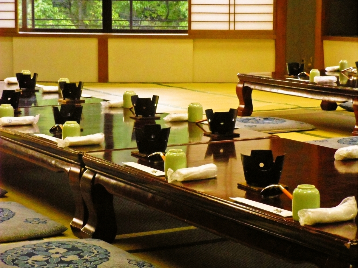 有5间私人房间可容纳4至12人。请在2楼和3楼的全私人房间内,在金阁寺前享用餐点。