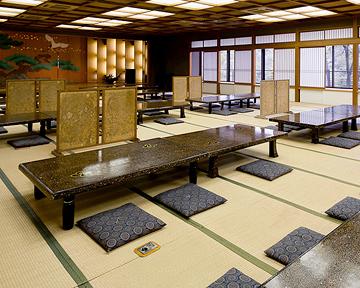 【中厅】这是一间私人房间,最多可容纳40人。学校短途旅行,员工旅行和大型宴会怎么样?