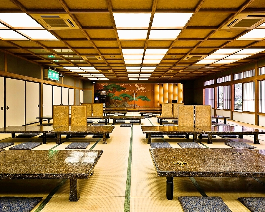 【Ballroom】 It is a saloon of 160 to 180 people.There are four rooms of more than 40 people in our shop.It is a private room that can be used for school trips, employee trips and large banquets.There are 40 rooms, 60 guest rooms, and a saloon of 160 to 180 people.We will prepare your room according to the number of people you use.