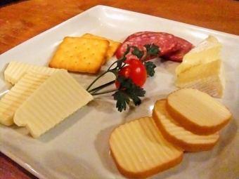 チーズとサラミの盛り合わせ