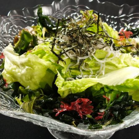 Salad with shrimp and seaweed