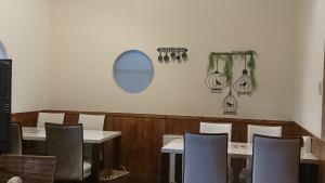 흰색을 기조로 한 밝은 느낌의 테이블 석.여자 회와 엄마위원회에서 활기찬 시간을.