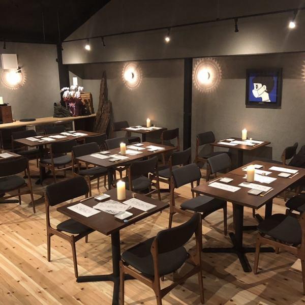 2階席はプロジェクションマッピングでここにしかない雰囲気を演出!テーブルにはキャンドルを置いて落ち着いたオシャレな空間が広がってます。少人数でしっぽり飲みたい方や、デートにもオススメです♪最大32名様までご対応いたします!様々な規模のご宴会にご対応致しますので、まずはお気軽にご相談ください!