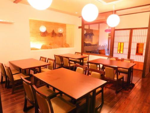 2名~4名テーブル席×4卓、カウンター4席ございます。内装はガラス張りの壁面をはじめ、お洒落で落ち着いた雰囲気となっております。