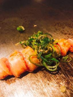 Shakeda用切碎的洋蔥醃製鱈魚子