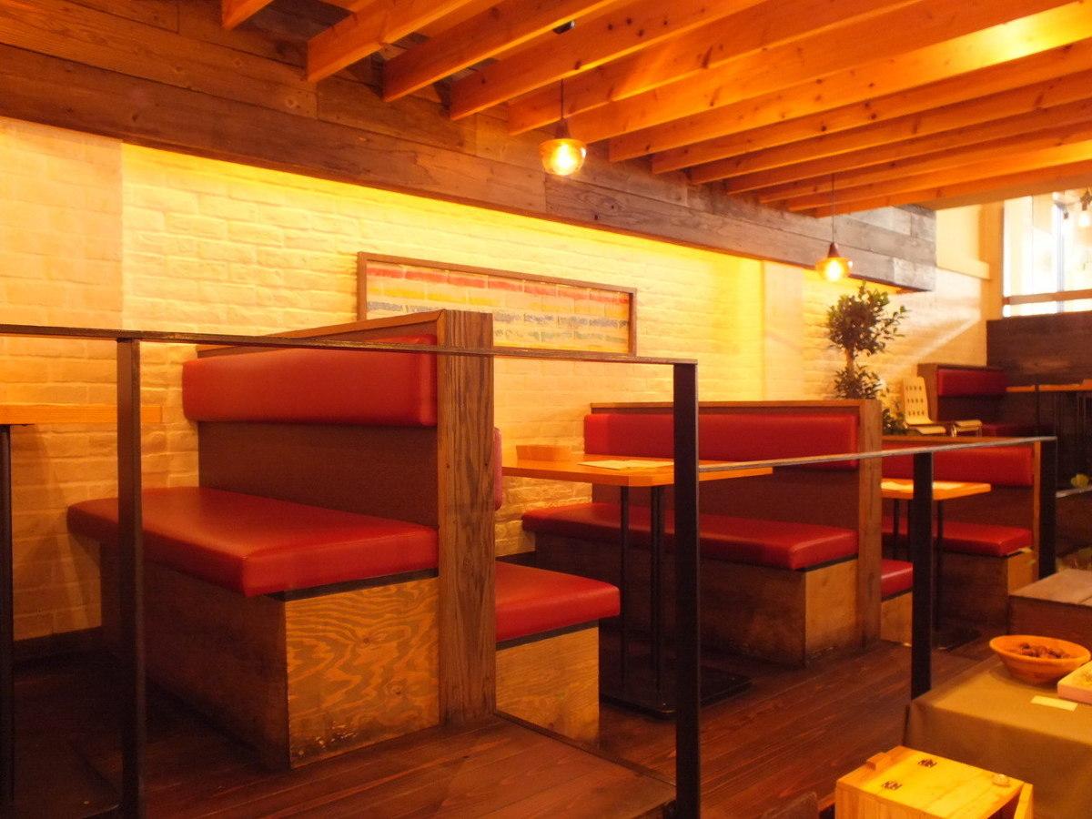 4名様用のテーブル席はゆったり座れる広々仕様。階段状になっていて、解放感を味わえます。