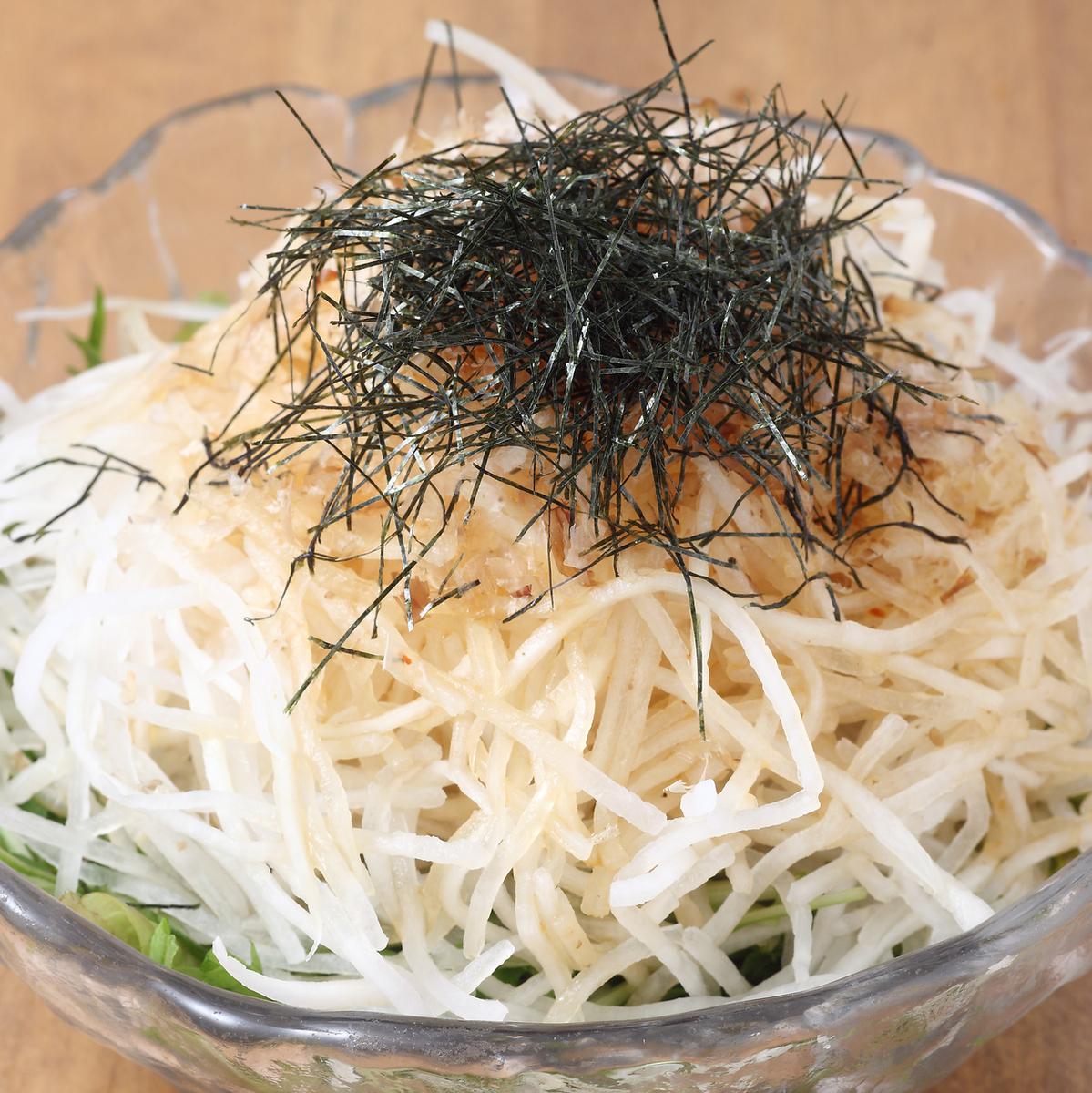 日式沙拉配金槍魚蘿蔔