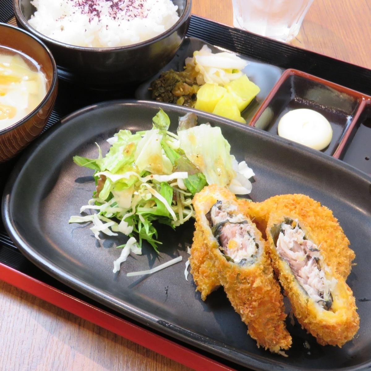李子的沙丁魚Shiplash Fry +土豆炸丸子