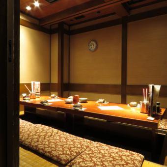 掘りごたつ個室 4名様【2~4名様】人気の掘りごたつタイプのお席!落ち着いた雰囲気の個室です。扉が付いた完全個室なので、他のお客様を気にすることなくお食事、お話をお楽しみいただけます。会社帰りに、友人とのお集まりに◎